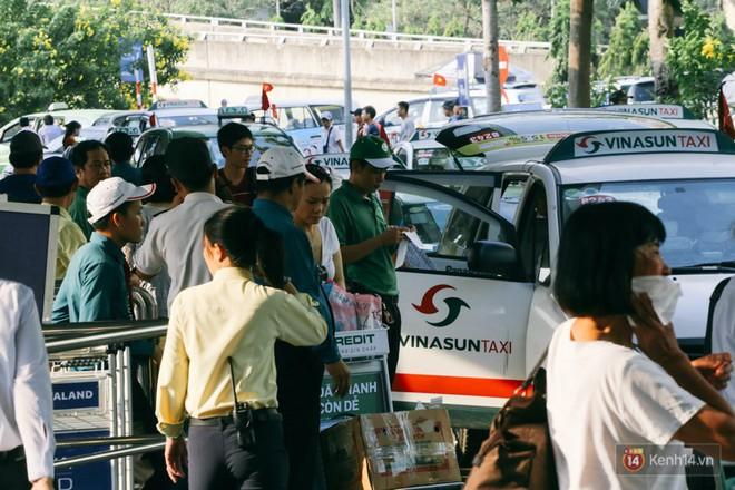Hàng trăm hành khách trở lại Sài Gòn, chật vật đón taxi ở sân bay Tân Sơn Nhất sau kỳ nghỉ 4 ngày - Ảnh 12.