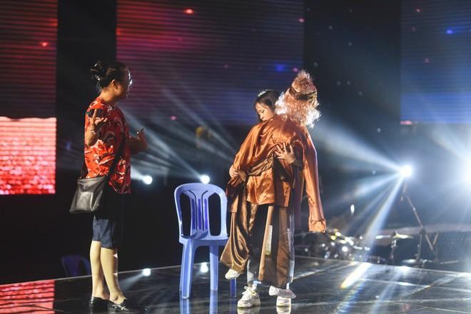 Học trò Lê Minh Sơn cõng chồng lên sân khấu trong đêm Chung kết Sing my song  - Ảnh 4.