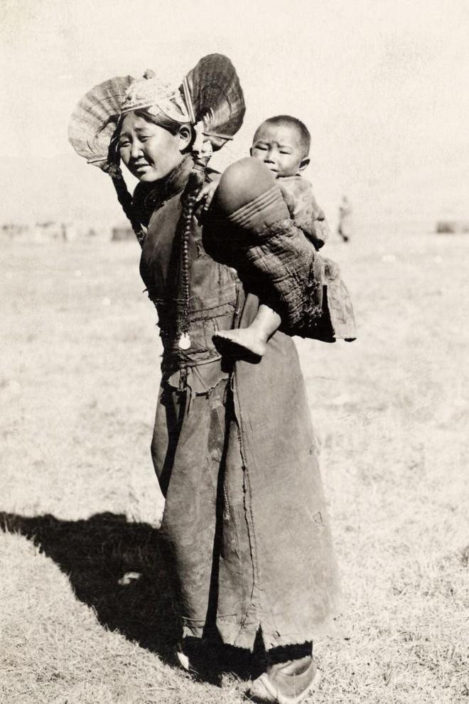 Ngày của mẹ, ngắm những bức ảnh về mẹ đẹp nhất trong suốt 100 năm qua - Ảnh 1.