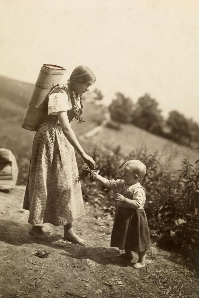 Ngày của mẹ, ngắm những bức ảnh về mẹ đẹp nhất trong suốt 100 năm qua - Ảnh 7.
