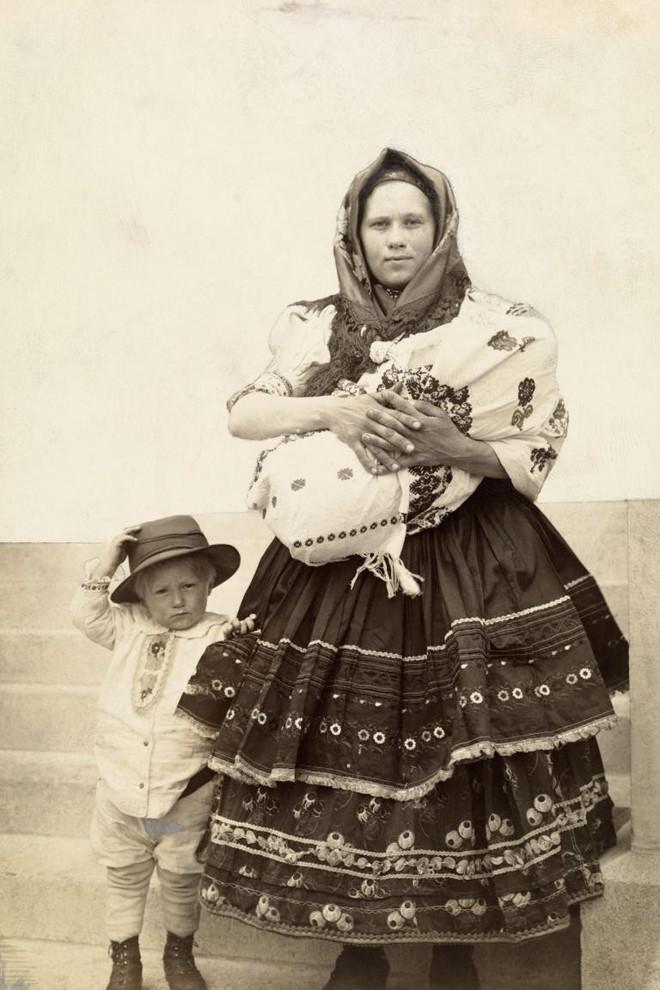 Ngày của mẹ, ngắm những bức ảnh về mẹ đẹp nhất trong suốt 100 năm qua - Ảnh 12.