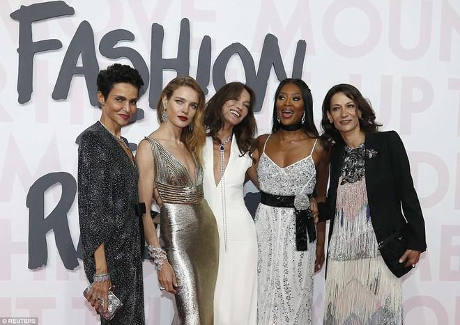 Cuộc chiến nhan sắc tại Cannes: Paris Hilton U40 vẫn đẹp như công chúa, Kendall khoe chân dài quá sexy - Ảnh 9.