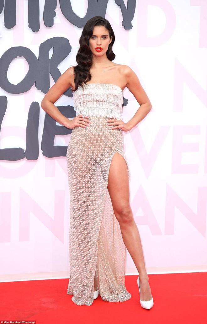 Cuộc chiến nhan sắc tại Cannes: Paris Hilton U40 vẫn đẹp như công chúa, Kendall khoe chân dài quá sexy - Ảnh 12.