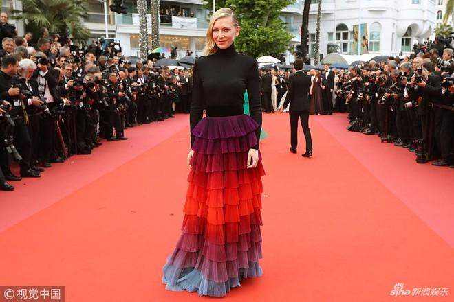 Người táo bạo diện váy hở nội y, kẻ khoe nguyên vòng eo nhiều mỡ trên thảm đỏ Cannes ngày thứ 7 - Ảnh 7.