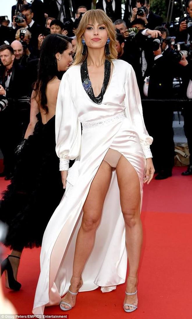Người táo bạo diện váy hở nội y, kẻ khoe nguyên vòng eo nhiều mỡ trên thảm đỏ Cannes ngày thứ 7 - Ảnh 3.