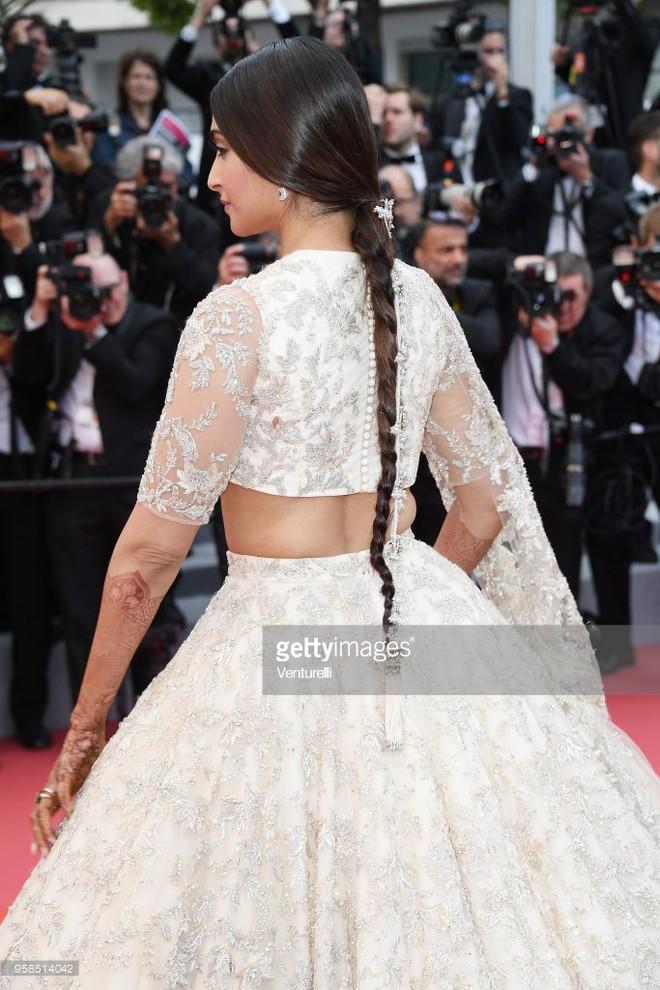 Người táo bạo diện váy hở nội y, kẻ khoe nguyên vòng eo nhiều mỡ trên thảm đỏ Cannes ngày thứ 7 - Ảnh 8.
