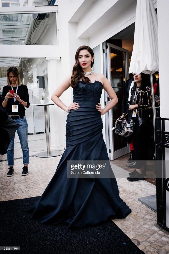 Người táo bạo diện váy hở nội y, kẻ khoe nguyên vòng eo nhiều mỡ trên thảm đỏ Cannes ngày thứ 7 - Ảnh 13.