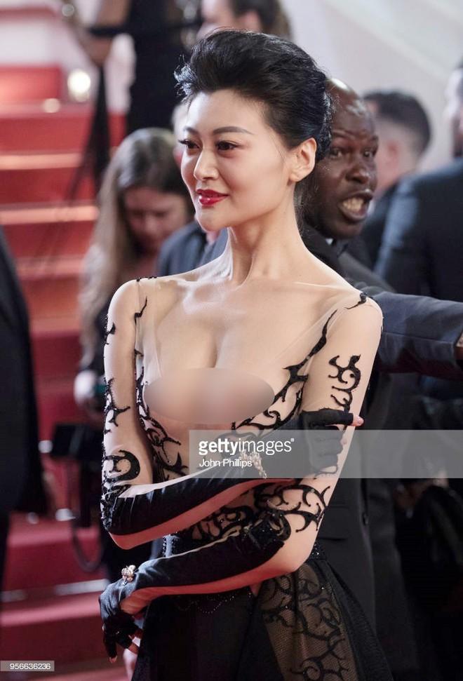 Những lần náo loạn thảm đỏ Cannes của sao Hoa ngữ: Từ mỹ nhân hạng A đến người đẹp vô danh chiêu trò đủ kiểu khiến truyền thông ngao ngán - Ảnh 2.