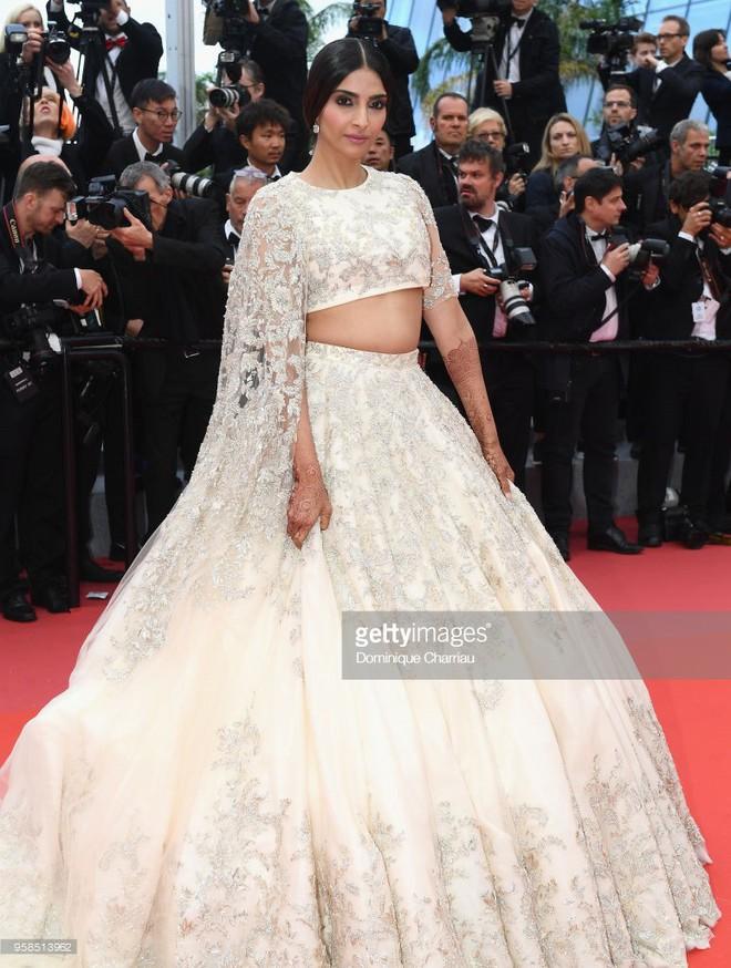 Người táo bạo diện váy hở nội y, kẻ khoe nguyên vòng eo nhiều mỡ trên thảm đỏ Cannes ngày thứ 7 - Ảnh 9.