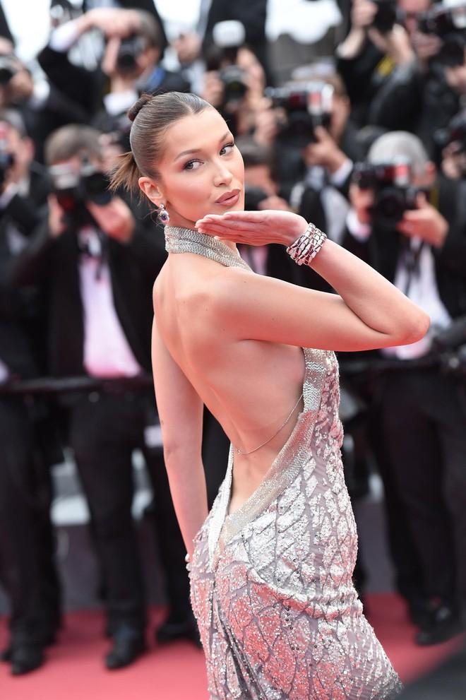 Người táo bạo diện váy hở nội y, kẻ khoe nguyên vòng eo nhiều mỡ trên thảm đỏ Cannes ngày thứ 7 - Ảnh 14.