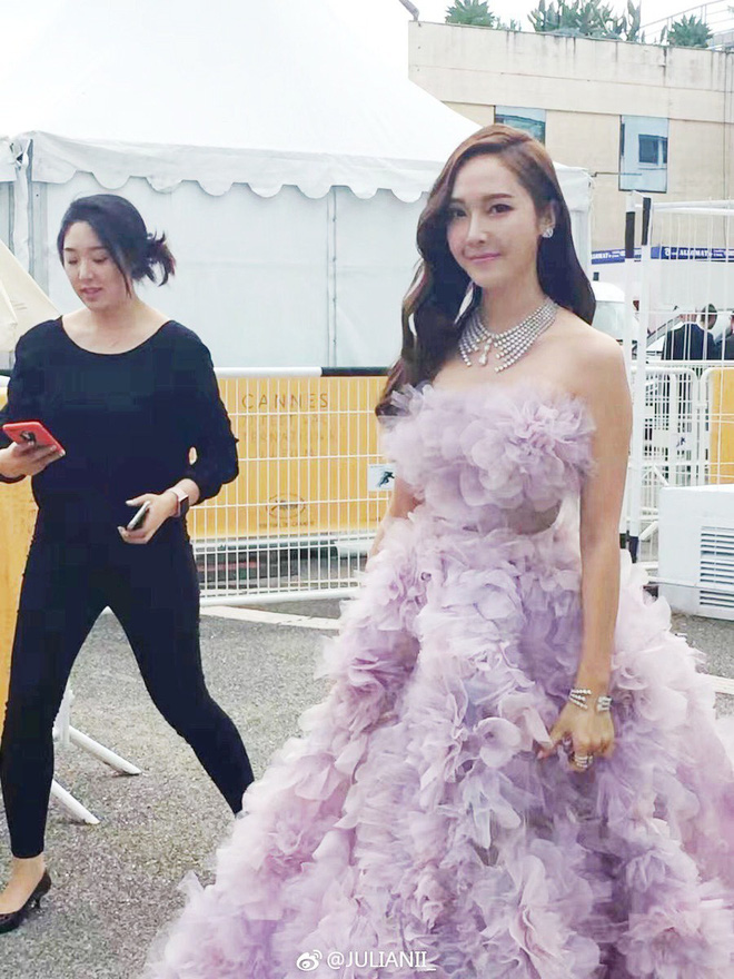 Tưởng phải chặt chém trên thảm đỏ Cannes, nhưng Jessica lại có phần mờ nhạt và sến khi diện đầm tím mộng mơ - Ảnh 3.