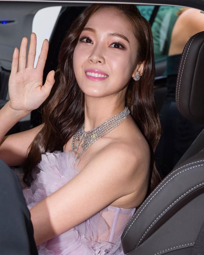 Nữ hoàng sang chảnh Jessica tím thắm đượm cả thảm đỏ Cannes, gây náo loạn nhưng sao trông mặt sợ thế này? - Ảnh 2.