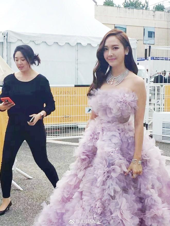Nữ hoàng sang chảnh Jessica tím thắm đượm cả thảm đỏ Cannes, gây náo loạn nhưng sao trông mặt sợ thế này? - Ảnh 3.