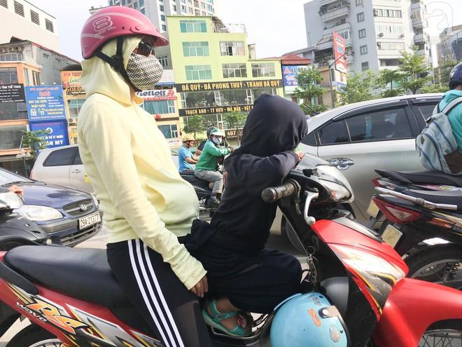 Muôn kiểu chống nắng nóng của người Hà Nội trong những ngày đầu hè - Ảnh 5.