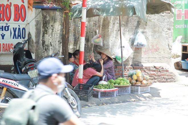 Muôn kiểu chống nắng nóng của người Hà Nội trong những ngày đầu hè - Ảnh 6.