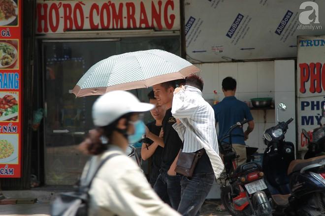 Muôn kiểu chống nắng nóng của người Hà Nội trong những ngày đầu hè - Ảnh 2.