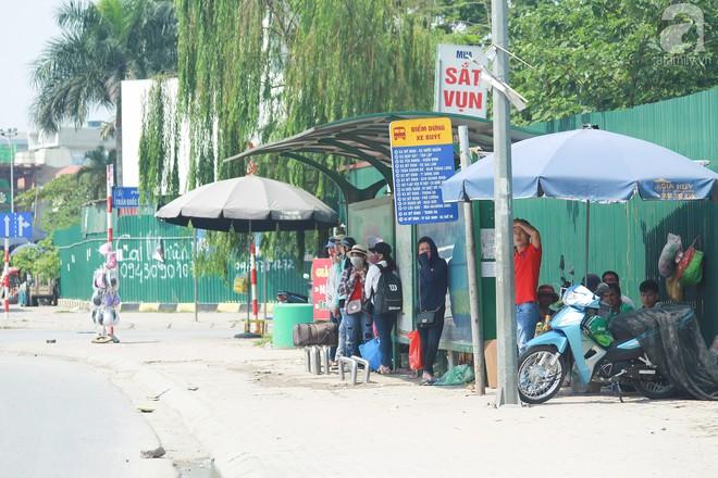 Muôn kiểu chống nắng nóng của người Hà Nội trong những ngày đầu hè - Ảnh 1.