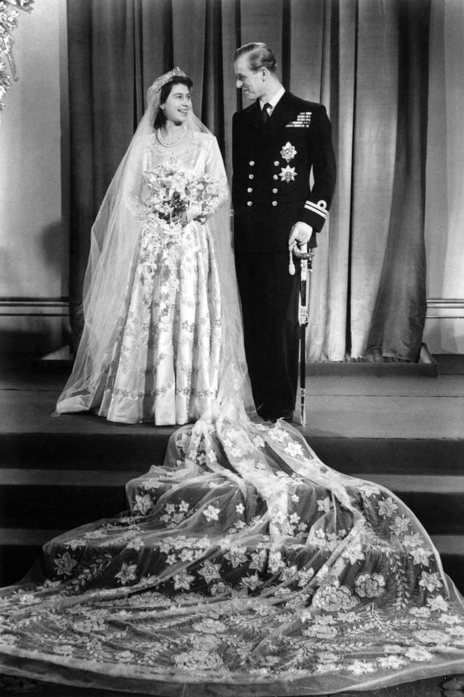 Trước thềm đám cưới của Hoàng tử Harry và Meghan Markle, điểm lại 13 mẫu váy cưới Hoàng gia khiến người người mê mẩn - Ảnh 1.