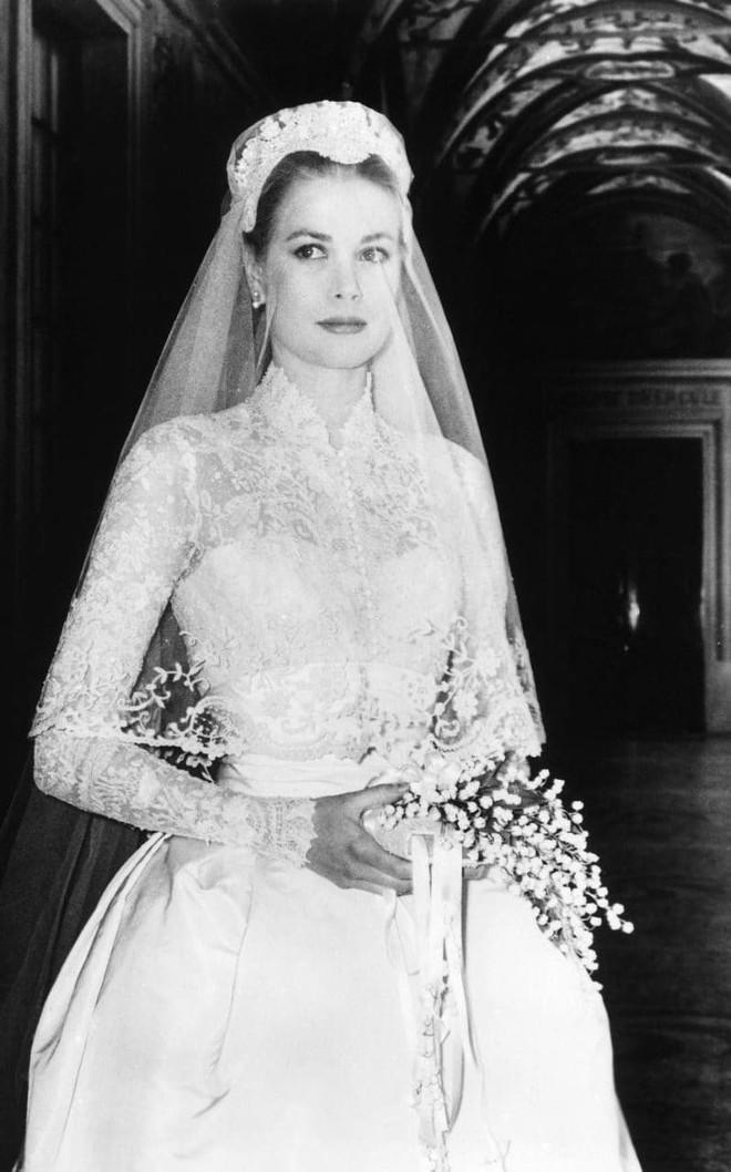 Trước thềm đám cưới của Hoàng tử Harry và Meghan Markle, điểm lại 13 mẫu váy cưới Hoàng gia khiến người người mê mẩn - Ảnh 3.