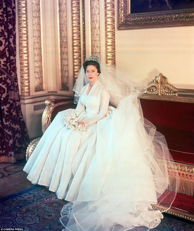 Trước thềm đám cưới của Hoàng tử Harry và Meghan Markle, điểm lại 13 mẫu váy cưới Hoàng gia khiến người người mê mẩn - Ảnh 4.