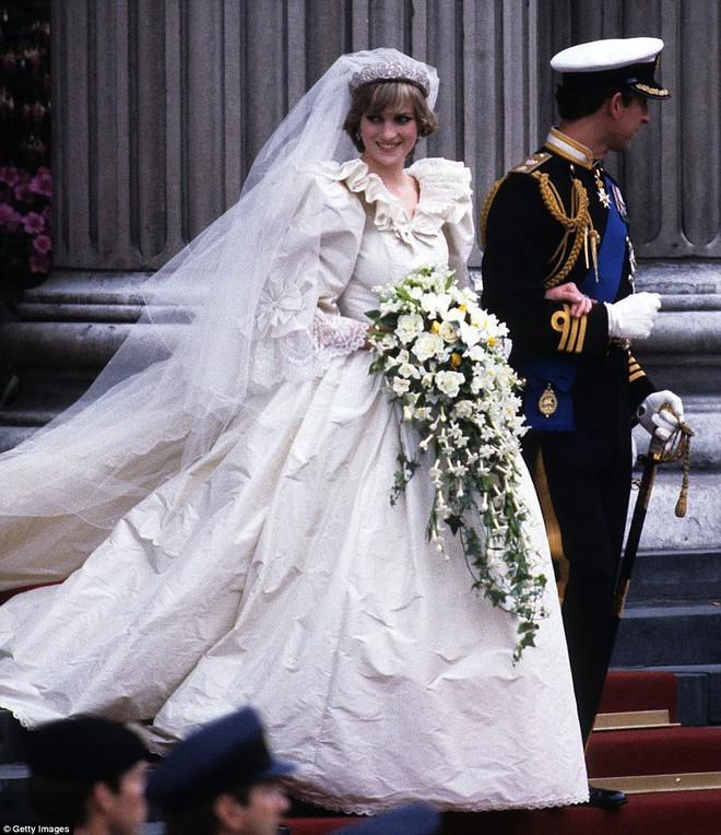Trước thềm đám cưới của Hoàng tử Harry và Meghan Markle, điểm lại 13 mẫu váy cưới Hoàng gia khiến người người mê mẩn - Ảnh 5.