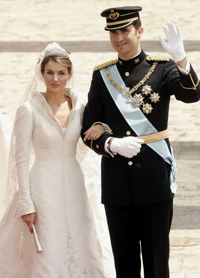 Trước thềm đám cưới của Hoàng tử Harry và Meghan Markle, điểm lại 13 mẫu váy cưới Hoàng gia khiến người người mê mẩn - Ảnh 9.