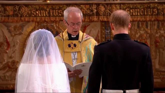 Đám cưới hoàng gia Anh: Hôn lễ kết thúc, cô dâu chú rể trao nhau nụ hôn ngọt ngào trước toàn thể mọi người - Ảnh 43.