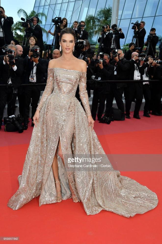 Gần ngày bế mạc nhưng thảm đỏ Cannes vẫn tiếp tục những màn khoe ngực, chơi trội bằng váy áo cồng kềnh, tóc búi rơm - Ảnh 3.