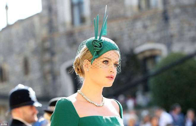 Đám cưới hoàng gia Anh: Hôn lễ kết thúc, cô dâu chú rể trao nhau nụ hôn ngọt ngào trước toàn thể mọi người - Ảnh 17.