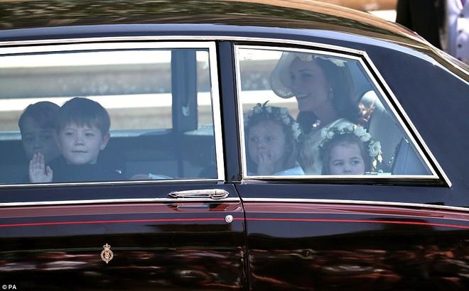 Dàn phù dâu phù rể nhí xinh như thiên thần trong đám cưới hoàng gia, Hoàng tử George và Công chúa Charlotte quá đáng yêu - Ảnh 2.