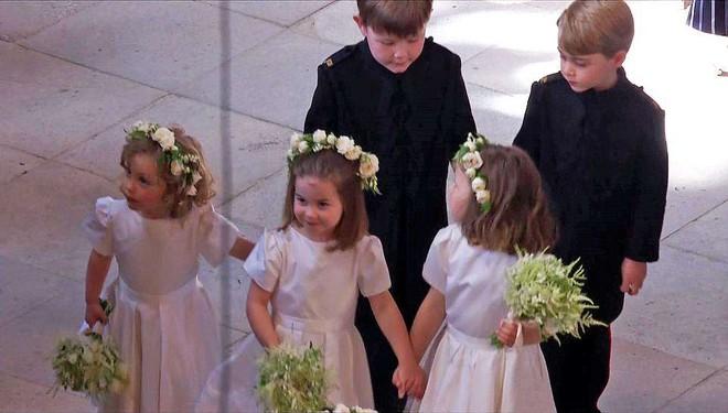 Dàn phù dâu phù rể nhí xinh như thiên thần trong đám cưới hoàng gia, Hoàng tử George và Công chúa Charlotte quá đáng yêu - Ảnh 14.