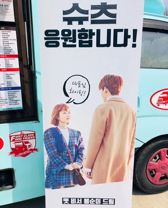 Ghen với Han Ji Min và Kim Hyun Joo, Park Bo Young bất ngờ gửi xe đồ ăn cho Park Hyung Sik - Ảnh 2.
