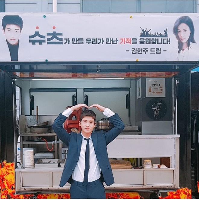 Ghen với Han Ji Min và Kim Hyun Joo, Park Bo Young bất ngờ gửi xe đồ ăn cho Park Hyung Sik - Ảnh 7.