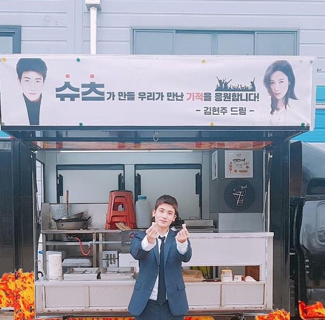 Ghen với Han Ji Min và Kim Hyun Joo, Park Bo Young bất ngờ gửi xe đồ ăn cho Park Hyung Sik - Ảnh 8.
