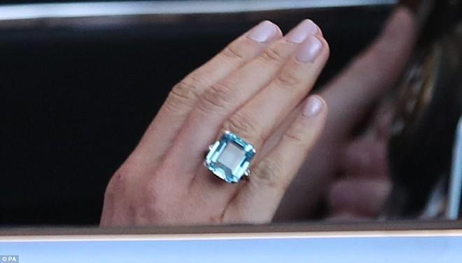 Váy trắng tinh tế cùng khuyên tai có giá 1,5 tỷ, tân công nương Meghan Markle thu hút mọi con mắt tại buổi tiệc sau lễ cưới - Ảnh 8.