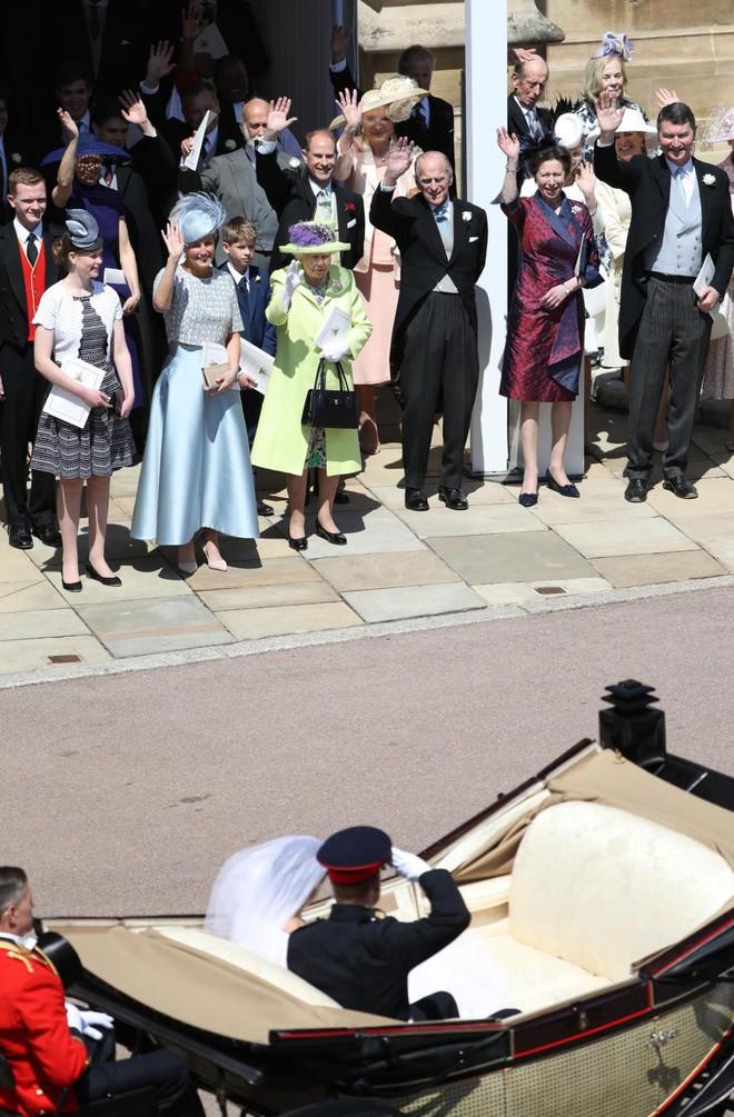 Đám cưới hoàng gia Anh: Hôn lễ kết thúc, cô dâu chú rể trao nhau nụ hôn ngọt ngào trước toàn thể mọi người - Ảnh 54.