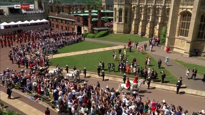 Đám cưới hoàng gia Anh: Hôn lễ kết thúc, cô dâu chú rể trao nhau nụ hôn ngọt ngào trước toàn thể mọi người - Ảnh 58.