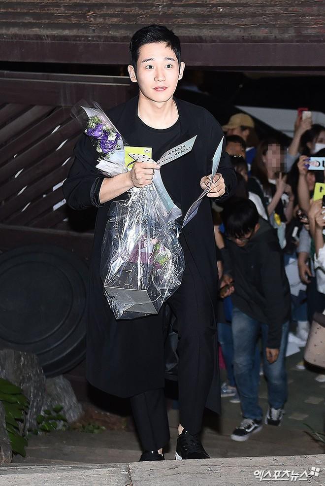 Tiệc mừng công phim Chị đẹp: Jung Hae In bị biển fan vây kín, Son Ye Jin đẹp bất chấp giữa dàn sao - Ảnh 5.