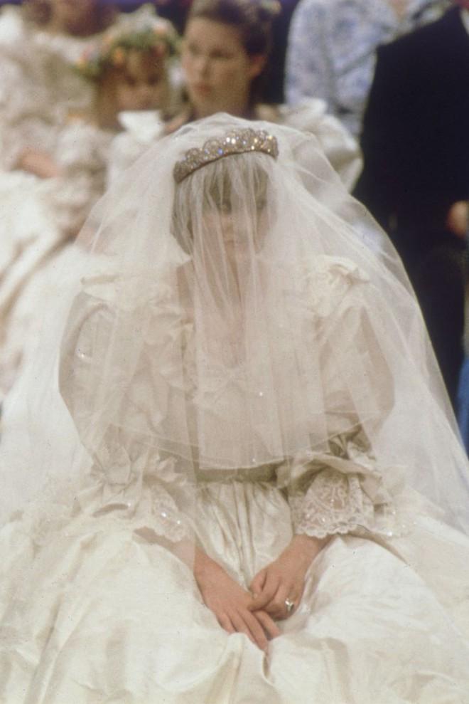 3 chiếc váy cưới nổi tiếng của Công nương Diana và hai cô con dâu xinh đẹp - Ảnh 5.
