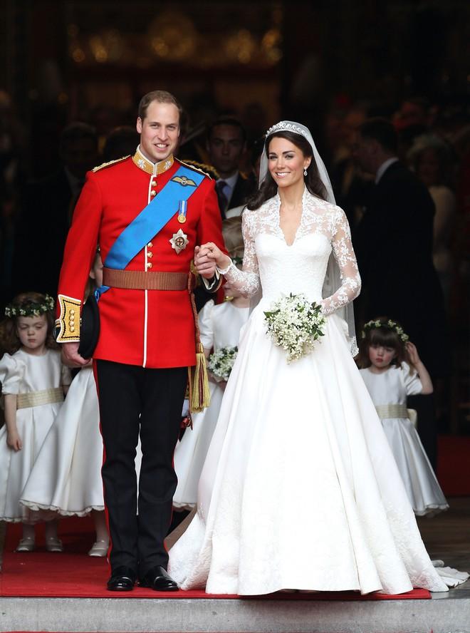 3 chiếc váy cưới nổi tiếng của Công nương Diana và hai cô con dâu xinh đẹp - Ảnh 7.
