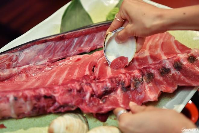Không ngờ ý tưởng tiết kiệm phần xương cá ngừ lại tạo ra một món ăn độc đáo thế này đây - Ảnh 4.