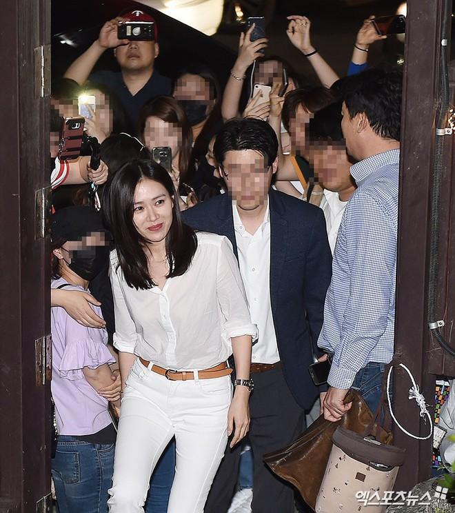 Tiệc mừng công phim Chị đẹp: Jung Hae In bị biển fan vây kín, Son Ye Jin đẹp bất chấp giữa dàn sao - Ảnh 9.