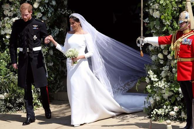 3 chiếc váy cưới nổi tiếng của Công nương Diana và hai cô con dâu xinh đẹp - Ảnh 10.