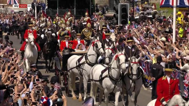 Đám cưới hoàng gia Anh: Hôn lễ kết thúc, cô dâu chú rể trao nhau nụ hôn ngọt ngào trước toàn thể mọi người - Ảnh 55.