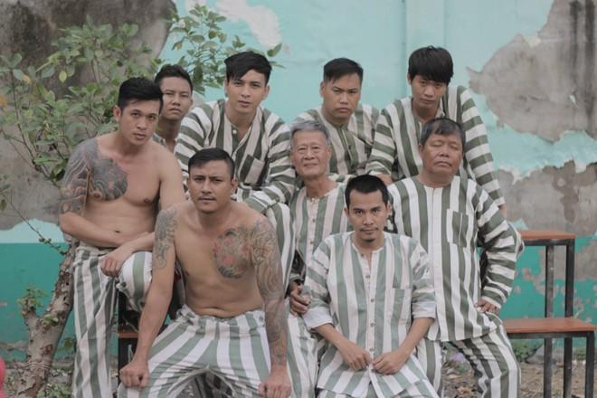 Fan hốt hoảng trước những hình ảnh Hồ Quang Hiếu mặc áo phạm nhân - Ảnh 1.