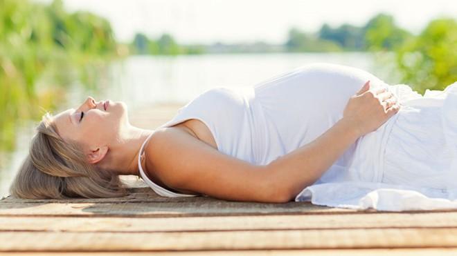 Bác sĩ chỉ cách sơ cứu cho thai phụ bị say nắng, say nóng - Ảnh 1.