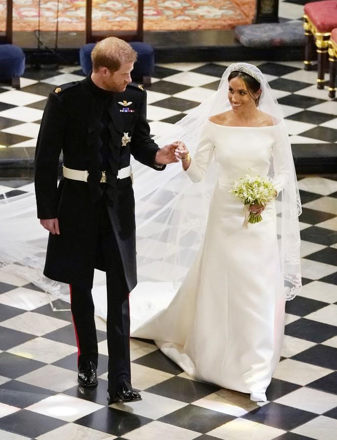 Trông thì tối giản nhưng 2 mẫu váy cưới của Meghan Markle trị giá tới hơn 8 tỷ đồng - Ảnh 1.