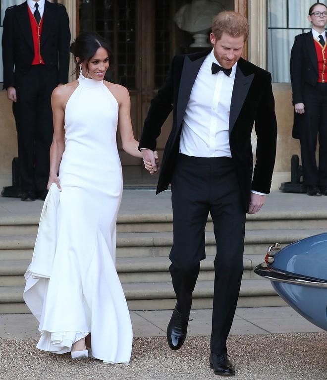 Trông thì tối giản nhưng 2 mẫu váy cưới của Meghan Markle trị giá tới hơn 8 tỷ đồng - Ảnh 4.