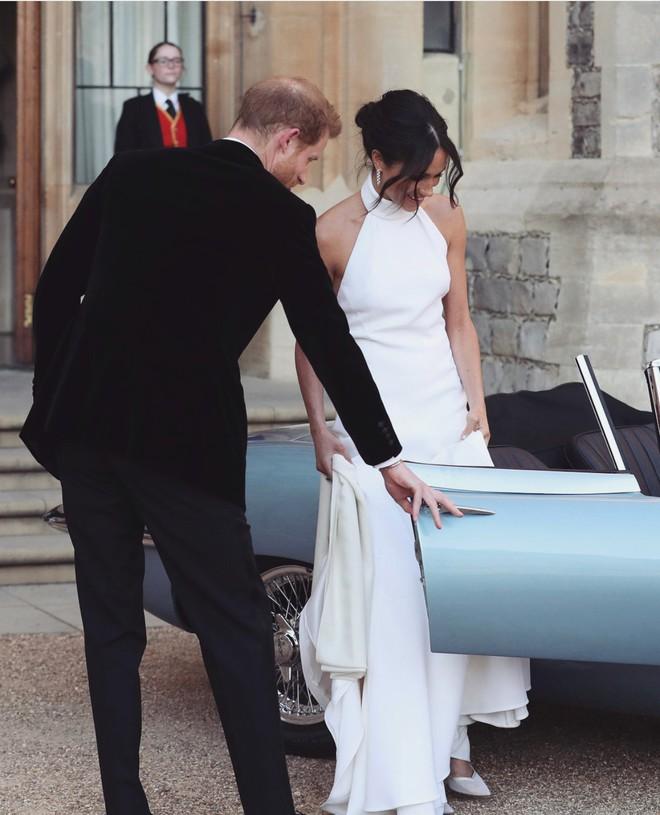 Trông thì tối giản nhưng 2 mẫu váy cưới của Meghan Markle trị giá tới hơn 8 tỷ đồng - Ảnh 5.