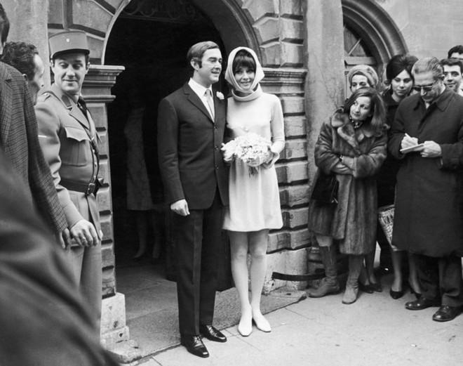 Ngoài Meghan Markle, 2 người đẹp nổi tiếng này cũng chọn Givenchy thiết kế váy cưới lần 2 của mình  - Ảnh 2.